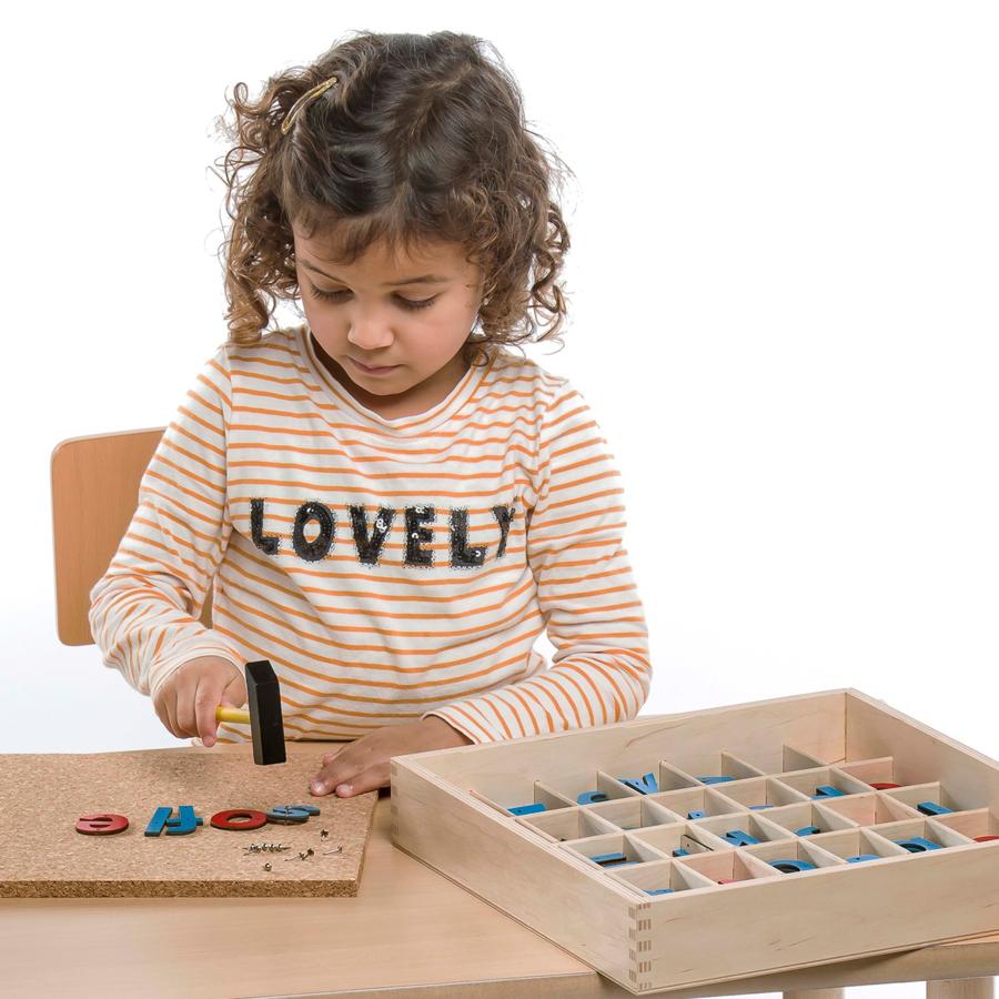 Joc educativ cu litere din lemn și ciocane imagine edituradiana.ro