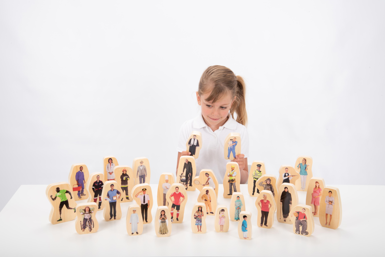 Set de figurine din lemn - Oameni din comunitate imagine edituradiana.ro