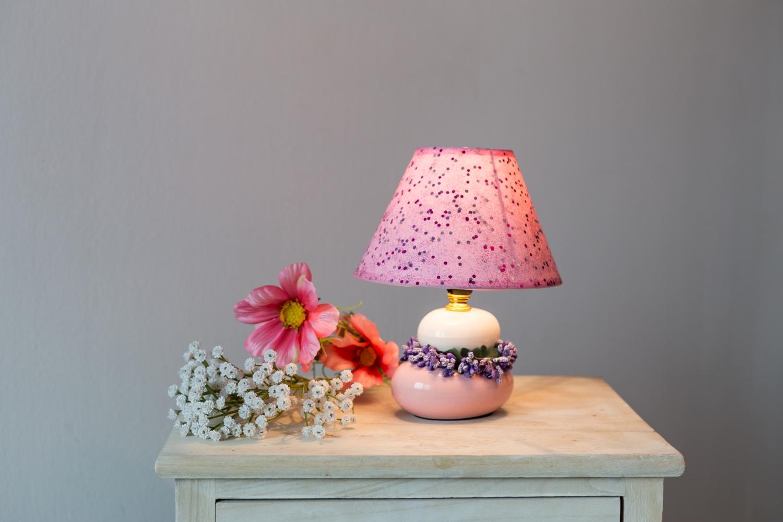 Decorațiune tip veioză roz cu aplicații de buline/flori violet