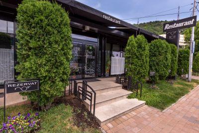 Trepte granit fiamat + pardoseala granit negru Restaurant Noir Piatra Neamt