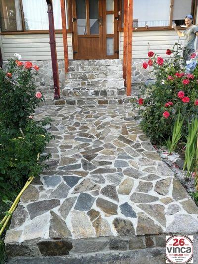 Exemplu de amenajare exterioara a casei cu piatra naturala VINCA