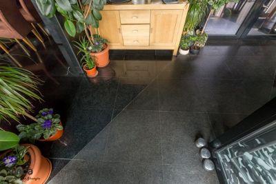 Un restaurant deosebit- Noir, combinatie de granituri